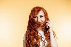 Stående av den härliga rödhårig manflickan med långt hår royaltyfri foto