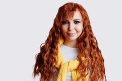 Stående av den härliga rödhårig manflickan med långt hår royaltyfri fotografi