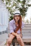 Stående av den härliga redhairkvinnan i en hatt, sommar utomhus royaltyfria foton