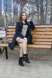 Stående av den härliga ryska flickan i parkera arkivfoton