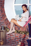 Stående av den härliga sexiga gravida brunetten i ljust omslag, ho Royaltyfri Foto