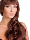 Stående av den härliga sexiga kvinnan med långa röda hår Arkivfoton