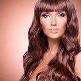 Stående av den härliga sexiga kvinnan med långa röda hår Arkivfoto