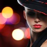 Stående av den härliga sexiga kvinnan med röda kanter royaltyfria bilder
