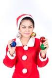 Stående av den härliga sexiga kvinnan som bär Santa Claus hattholdin Royaltyfri Bild