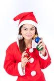 Stående av den härliga sexiga kvinnan som bär Santa Claus hattholdin Royaltyfria Bilder