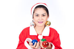Stående av den härliga sexiga kvinnan som bär Santa Claus hattholdin Arkivbild