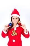 Stående av den härliga sexiga kvinnan som bär Santa Claus hattholdin Arkivfoton