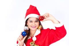 Stående av den härliga sexiga kvinnan som bär Santa Claus hattholdin Royaltyfri Foto