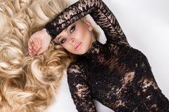 Stående av den härliga sexiga modellen för ung kvinna med lång volym för blont hår Royaltyfria Bilder