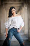 Stående av den härliga sexiga unga kvinnan med den moderna dräkten, läderomslaget, jeans, den vita blusen och svartkängor Royaltyfria Foton
