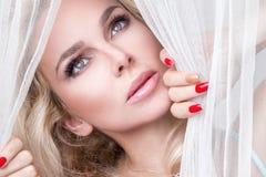 Stående av den härliga sinnliga blonda kvinnan med den perfekta naturliga och släta framsidan i en delikat makeup fotografering för bildbyråer