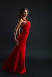 Stående av den härliga sinnliga kvinnan i röd klänning för mode Royaltyfri Foto