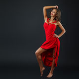 Stående av den härliga sinnliga kvinnan i röd klänning för mode Royaltyfria Foton