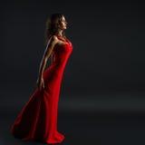 Stående av den härliga sinnliga kvinnan i röd klänning för mode Royaltyfri Fotografi