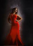 Stående av den härliga sinnliga kvinnan i röd klänning för mode Arkivfoto
