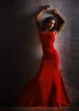 Stående av den härliga sinnliga kvinnan i röd klänning för mode Royaltyfria Bilder