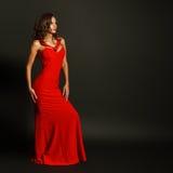 Stående av den härliga sinnliga kvinnan i röd klänning för mode Arkivbild