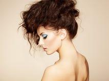 Stående av den härliga sinnliga kvinnan med den eleganta frisyren.    Arkivfoto