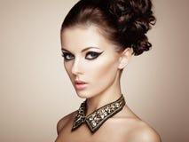 Stående av den härliga sinnliga kvinnan med den eleganta frisyren Royaltyfri Bild