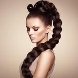 Stående av den härliga sinnliga kvinnan med den eleganta frisyren Royaltyfria Bilder