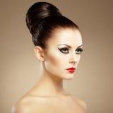 Stående av den härliga sinnliga kvinnan med den eleganta frisyren.  Per Royaltyfri Fotografi