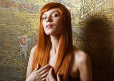 Stående av den härliga sinnliga kvinnan med elegantt H Fotografering för Bildbyråer