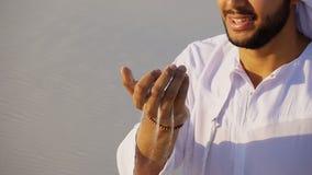 Stående av den härliga skratta emiratmannen i sandig ökenagai royaltyfri fotografi