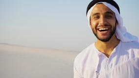 Stående av den härliga skratta emiratmannen i sandig ökenagai royaltyfri bild