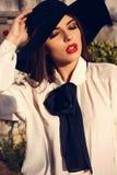Stående av den härliga som en lady kvinnan i elegant blus och hatt Arkivfoto