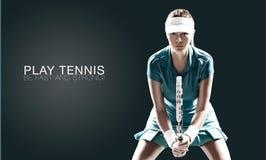 Stående av den härliga sportkvinnatennisspelaren med en racket royaltyfri fotografi