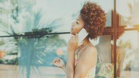 Stående av den härliga svarta brasilianska flickan som talar på telefonen Royaltyfria Foton