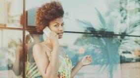 Stående av den härliga svarta brasilianska flickan som talar på telefonen Fotografering för Bildbyråer