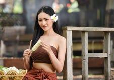 Stående av den härliga thai thai klänningen för kvinnakläder Royaltyfri Fotografi