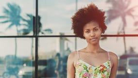 Stående av den härliga tonåriga svarta brasilianska flickan Royaltyfri Bild