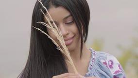 Stående av den härliga unga afrikansk amerikanflickan som rymmer öron av vete på fältet Begrepp av mode, anslutning lager videofilmer
