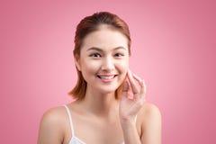 Stående av den härliga unga asiatiska kvinnan med perfekt hud på stiftet Royaltyfri Fotografi