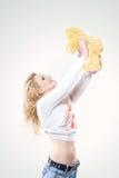 Stående av den härliga unga blonda kvinnan i stilfull jeans och en mjuk leksak Arkivbilder