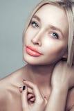 Stående av den härliga unga blonda kvinnan med den rena framsidan arkivfoton