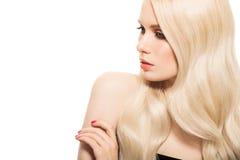 Stående av den härliga unga blonda kvinnan med långt krabbt hår arkivbild