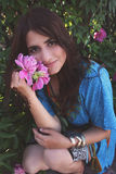 Stående av den härliga unga brunetten Royaltyfri Bild