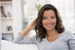 Stående av den härliga unga brunettkvinnan med attraktivt leende Arkivbild