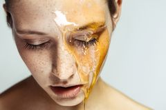 Stående av den härliga unga brunettkvinnan med fräknar och honung på framsida med stängda ögon och den allvarliga framsidan, huvu arkivbild