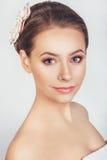 Stående av den härliga unga flickan i en bild av bruden med prydnaden i hår Royaltyfria Bilder