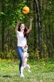 Stående av den härliga unga flickan med hennes hundkapplöpning Royaltyfria Foton