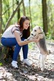 Stående av den härliga unga flickan med hennes hundkapplöpning Fotografering för Bildbyråer