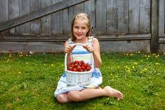 Stående av den härliga unga flickan med korgen av jordgubbar Fotografering för Bildbyråer