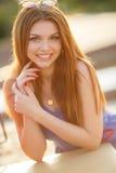 Stående av den härliga unga flickan med ursnyggt rött hår arkivfoto