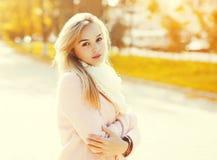 Stående av den härliga unga kvinnan i solig höst arkivbilder