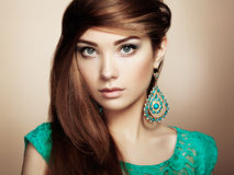 Stående av den härliga unga kvinnan med örhänget Smycken och acce fotografering för bildbyråer